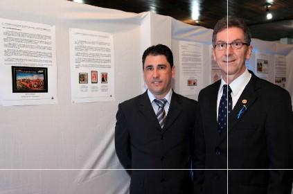 Rodrigo Cesar Barreto Pereira, gerente da agência dos Correios de Brusque e Jorge Paulo Krieger Filho, presidente do Clube Filatélico Brusquense