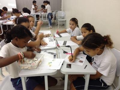 Os alunos do Colégio Marista de Apipucos montando suas coleções