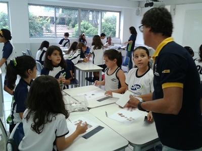Carlos Marques orienta os alunos a montarem suas coleções