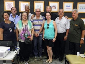 Filatelistas reunidos no Café Com Selo e Prosa